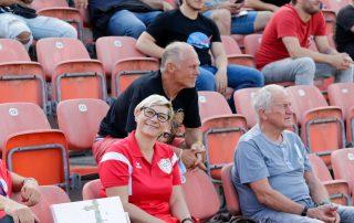Kamera auf Reihe 1 draufgehalten: Melanie Göbel (blond) neben Gerhard Bude (noch heller) #SchiriSaisonStart21